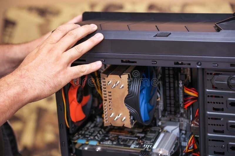 Computador de Assembles A do t?cnico do computador fotos de stock royalty free