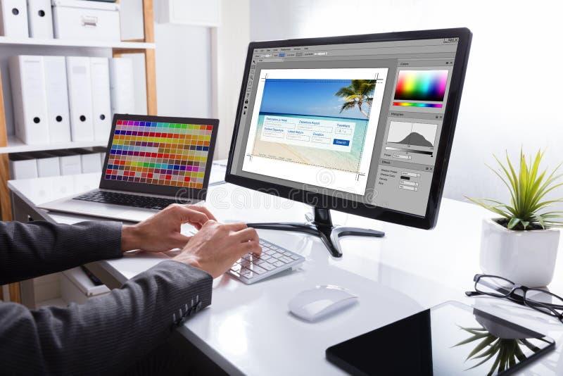 Computador de Editing Photo On do desenhista fotografia de stock
