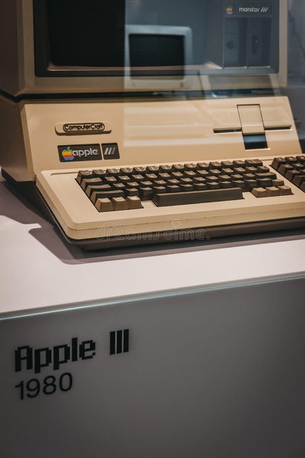 Computador de Macintosh Apple III na exposição dentro do museu de Apple em Praga, República Checa imagens de stock
