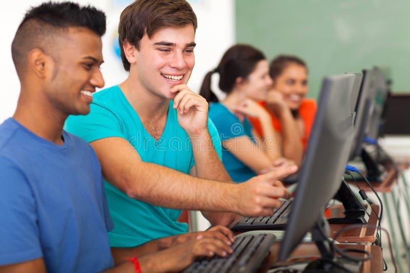 Computador do estudante masculino imagens de stock royalty free