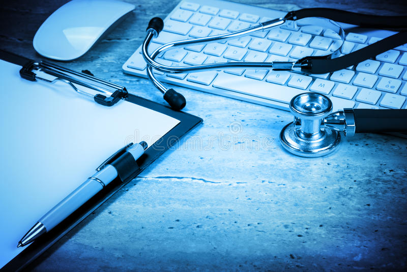 Computador do hospital da composição no desktop fotografia de stock