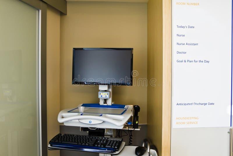 Computador dos informes médicos do quarto de hospital fotos de stock