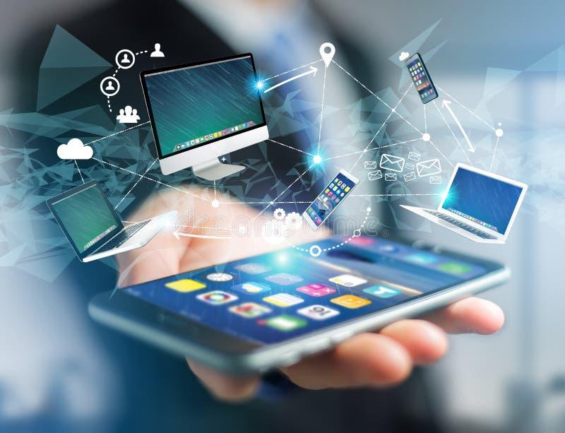 Computador e dispositivos indicados em uma relação futurista com dentro fotos de stock royalty free
