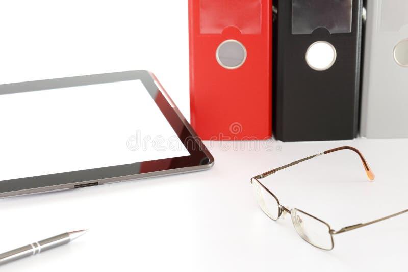 Computador e pastas de arquivos em uma mesa fotografia de stock
