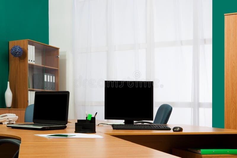 Computador e portátil em uma mesa imagem de stock royalty free