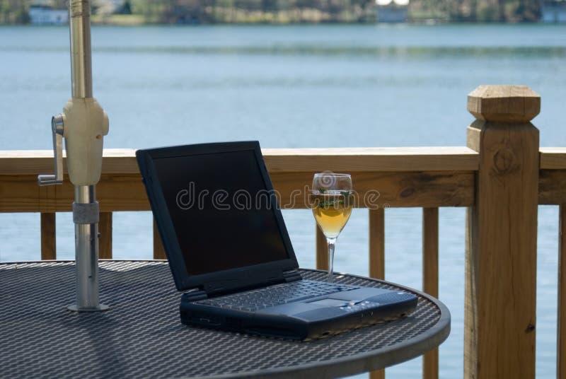 Computador e vinho foto de stock