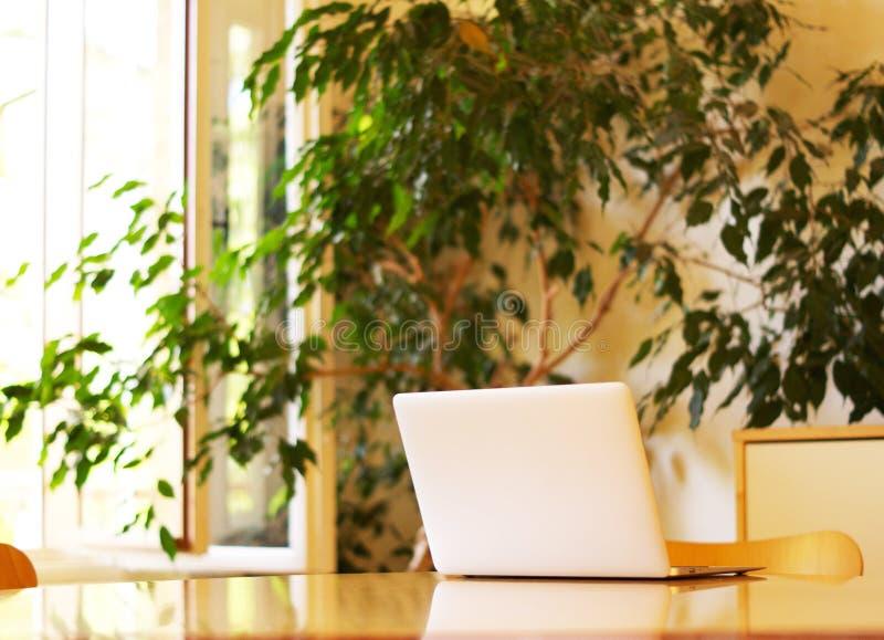 Computador em uma sala de reunião foto de stock