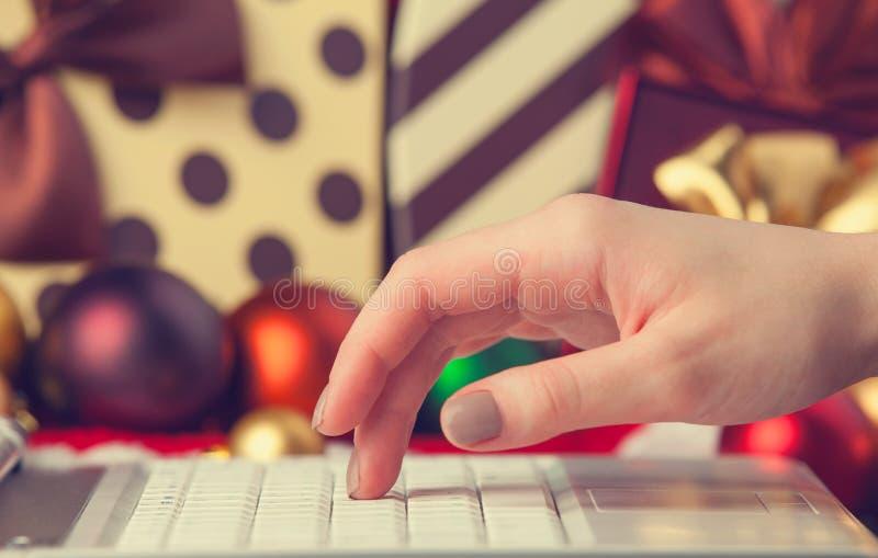Computador, mão fêmea fotografia de stock