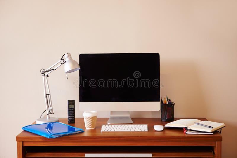 Computador na mesa no escritório domiciliário fotos de stock
