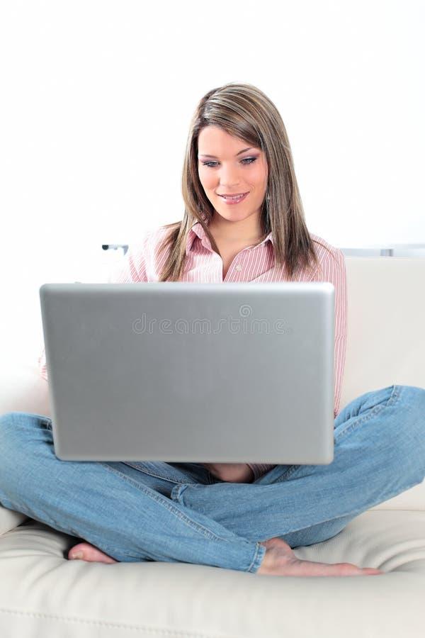 Computador no sofá fotografia de stock royalty free