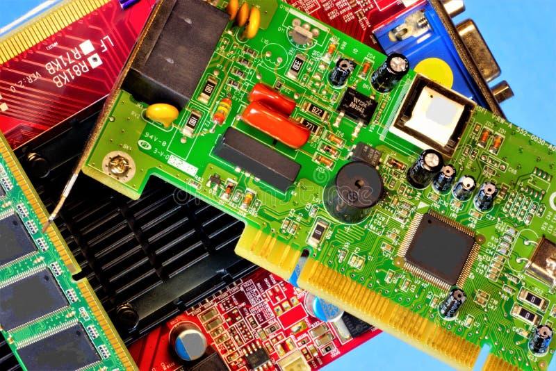 Computador para dentro, placa de circuito, componentes de rádio A placa de circuito impresso é projetada para a conexão elétrica  fotografia de stock