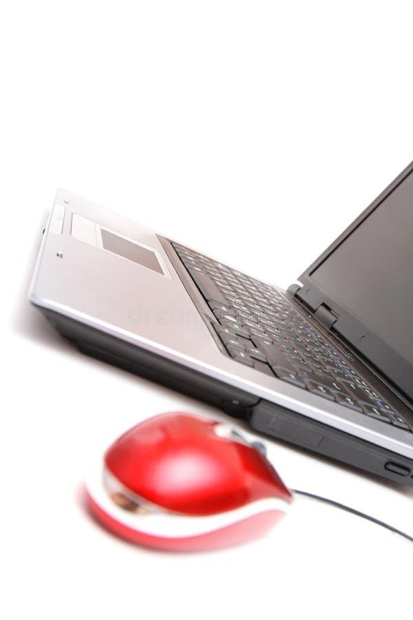 Computador pessoal e rato vermelho