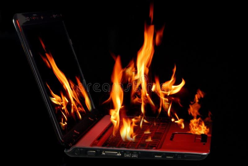 Computadora portátil ardiente fotos de archivo libres de regalías