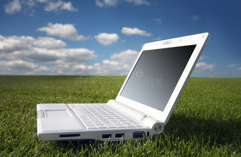 Computadora portátil blanca en naturaleza foto de archivo libre de regalías