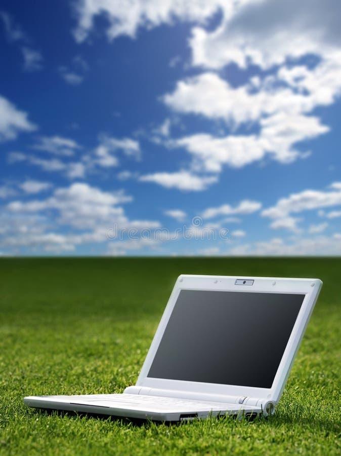 Computadora portátil blanca en naturaleza fotografía de archivo libre de regalías