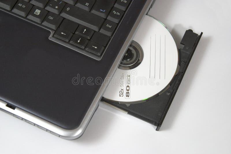 Computadora portátil con el CD-ROM imágenes de archivo libres de regalías