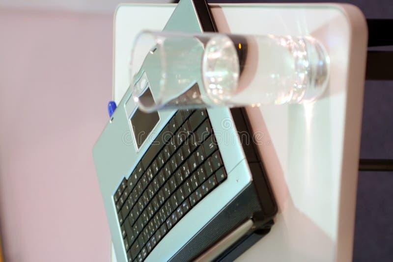 Download Computadora Portátil Con El Vidrio En La Presentación Imagen de archivo - Imagen de oficina, digital: 1290511