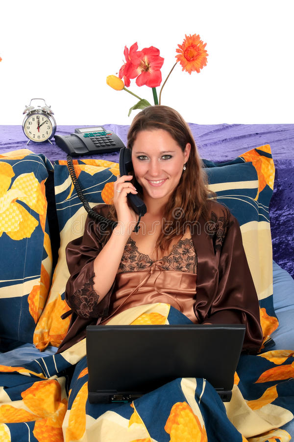 Computadora portátil del dormitorio de la mujer foto de archivo libre de regalías