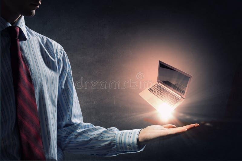 Computadora portátil a disposición imagen de archivo