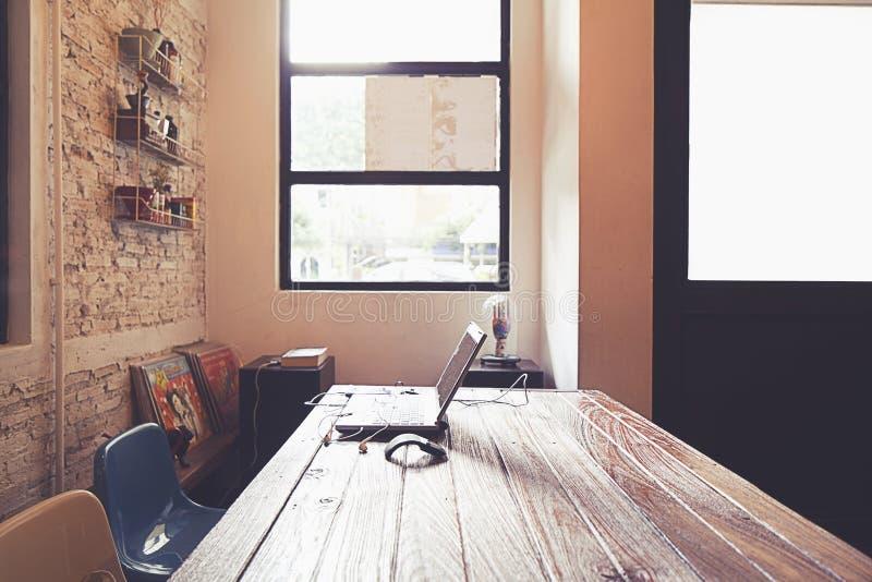 Computadora portátil en el vector de madera foto de archivo