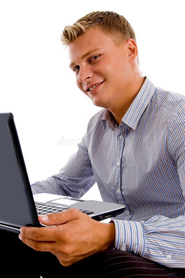 Computadora portátil feliz de la explotación agrícola del hombre foto de archivo