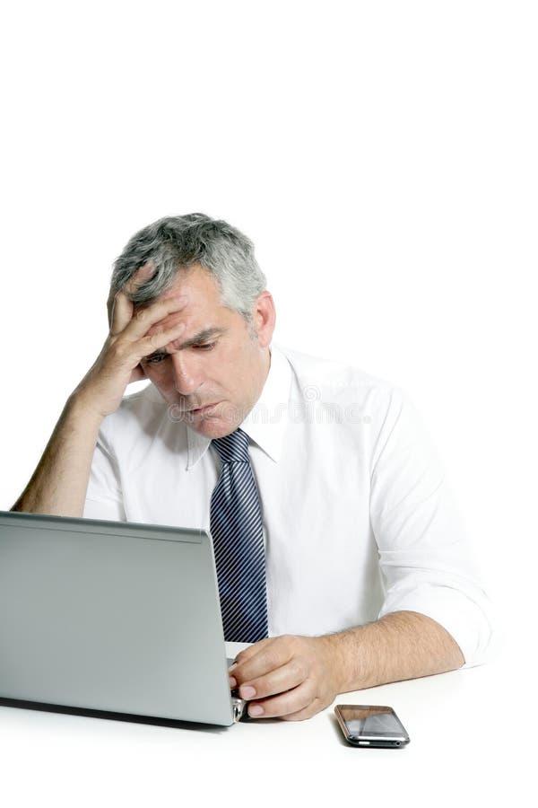 Computadora portátil gris mayor triste enojada del hombre de negocios del pelo imagenes de archivo