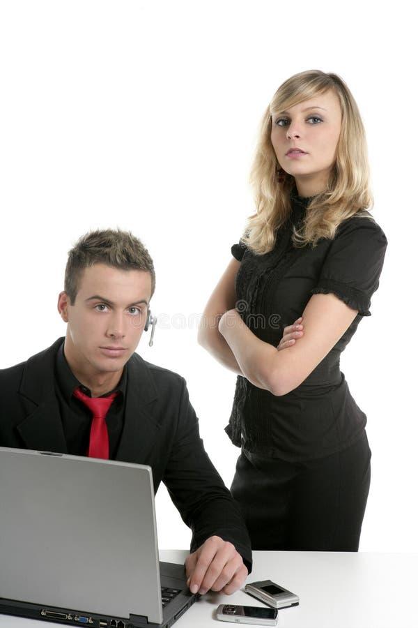 Computadora portátil joven de los pares del asunto aislada en blanco fotos de archivo