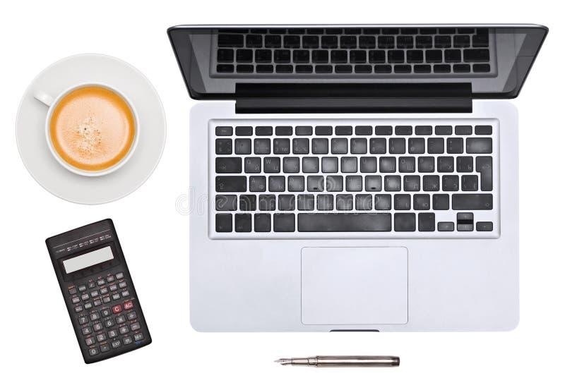Computadora portátil. pluma, taza y calculadora fotografía de archivo libre de regalías