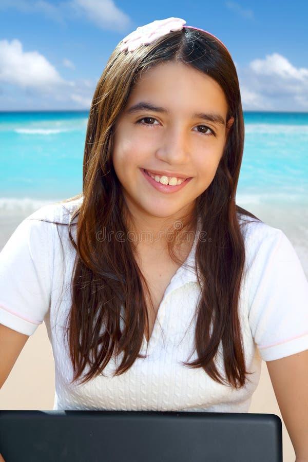 Computadora portátil sonriente de la explotación agrícola del estudiante latino del adolescente foto de archivo libre de regalías