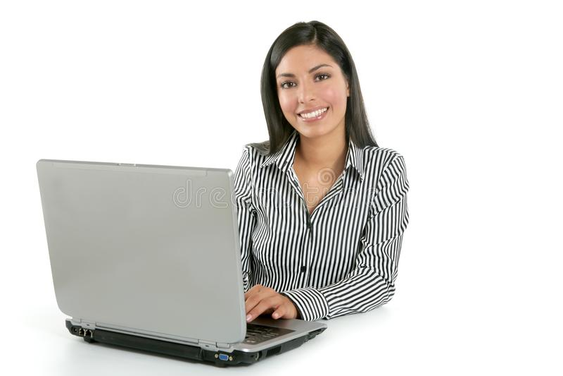 Computadora portátil triguena india hermosa de la empresaria imagen de archivo