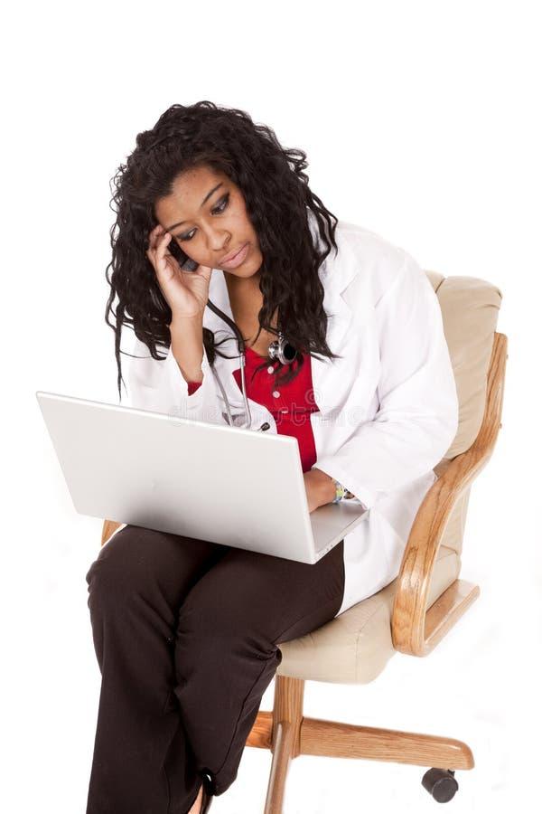 Computadora portátil triste del doctor de la mujer imagen de archivo libre de regalías