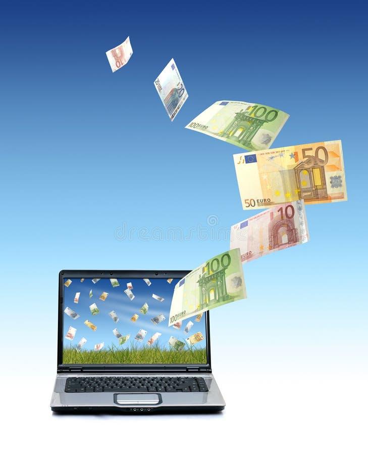 Computadora portátil y dinero euro. imagen de archivo
