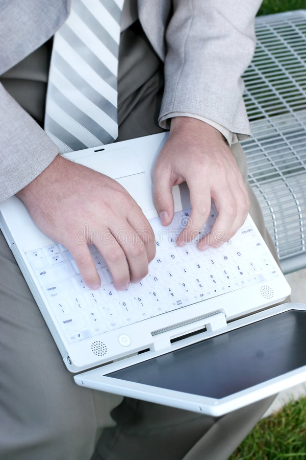 Computadora portátil y hombre imágenes de archivo libres de regalías