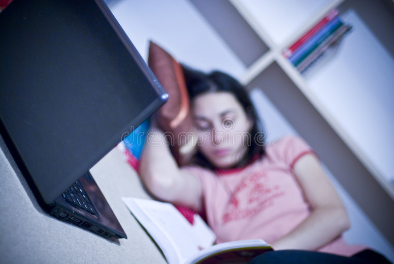 Computadora portátil y muchacha fotos de archivo