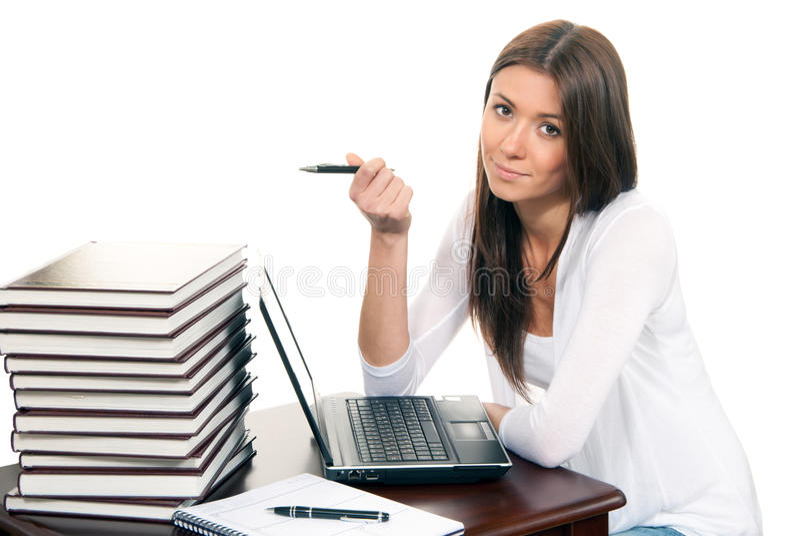 Computadora portátil y pluma de trabajo de la mujer de negocios a disposición imagen de archivo