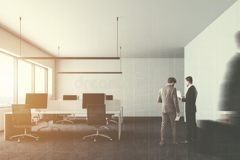 Computadores de escritório modernos da empresa da parede branca, povos imagem de stock royalty free