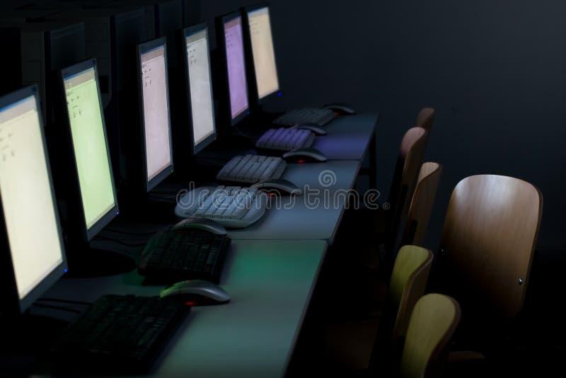 Computadores de sala de aula do computador fotos de stock royalty free