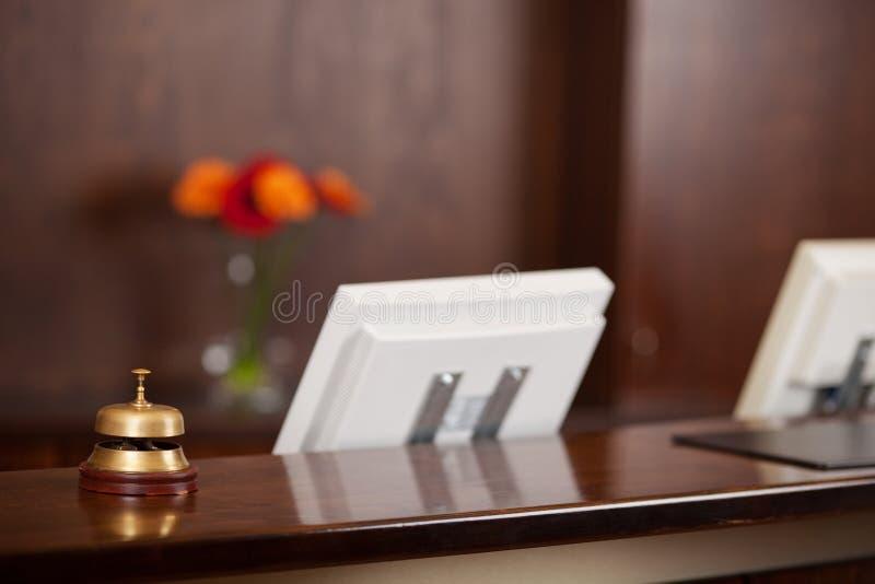 Computadores e Bell no contador da recepção imagem de stock