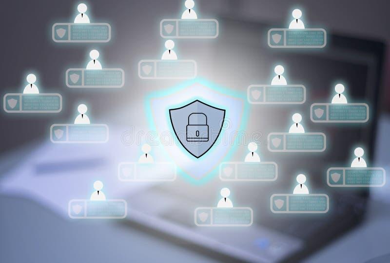 Computadores e fundo do caderno, com ícone do Pri do cybersecurity fotos de stock royalty free