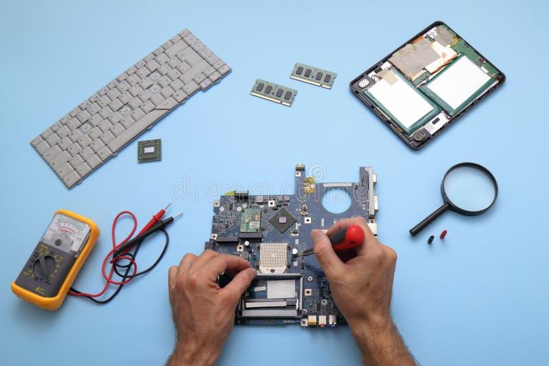 Computadores e tablets com falha a serem reparados imagem de stock royalty free
