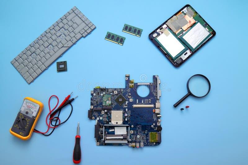 Computadores e tablets com falha a serem reparados fotos de stock