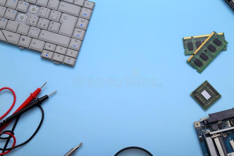 Computadores e tablets com falha a serem reparados imagem de stock