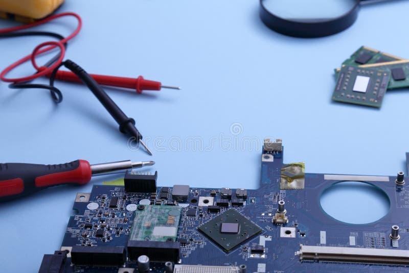 Computadores e tablets com falha a serem reparados imagens de stock