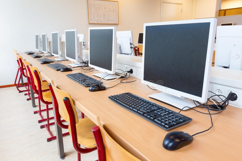 Computadores na sala de aula na High School foto de stock