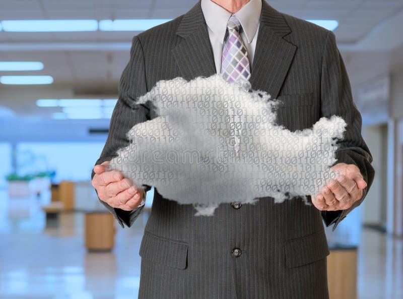 Computazione della nuvola della tenuta del senior manager fotografie stock
