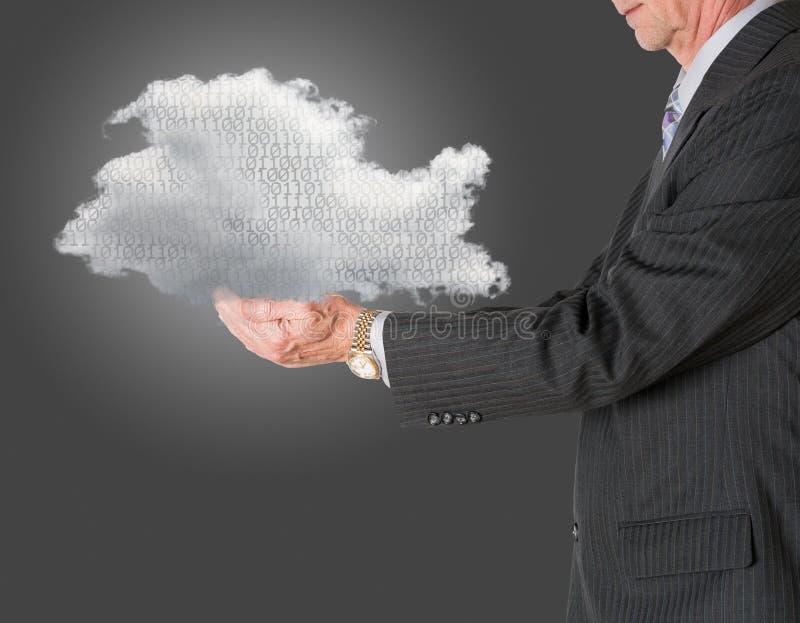 Computazione della nuvola della tenuta del senior manager immagini stock