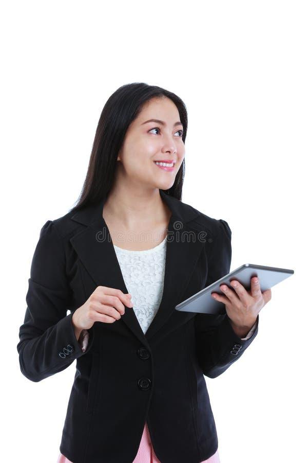 Computer asiatico della compressa della tenuta della donna, isolato su backgroun bianco fotografia stock