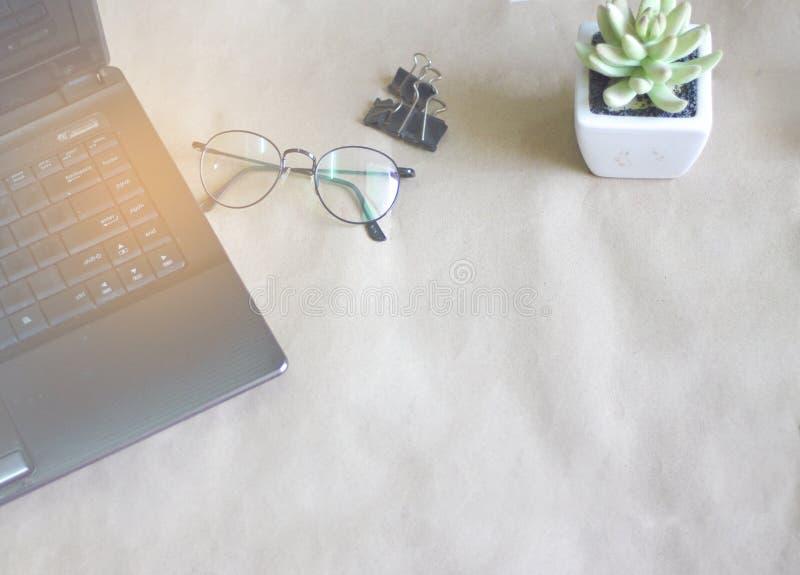 Computer auf dem Tisch und Gläser auf dem Tisch gesetzt lizenzfreies stockfoto