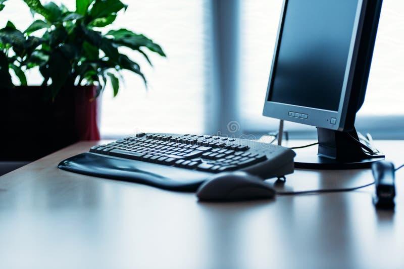 Computer auf Schreibtisch im Büro lizenzfreie stockfotos