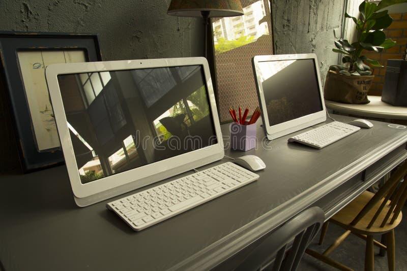 Computer auf teble in worinking Raum lizenzfreie stockfotos